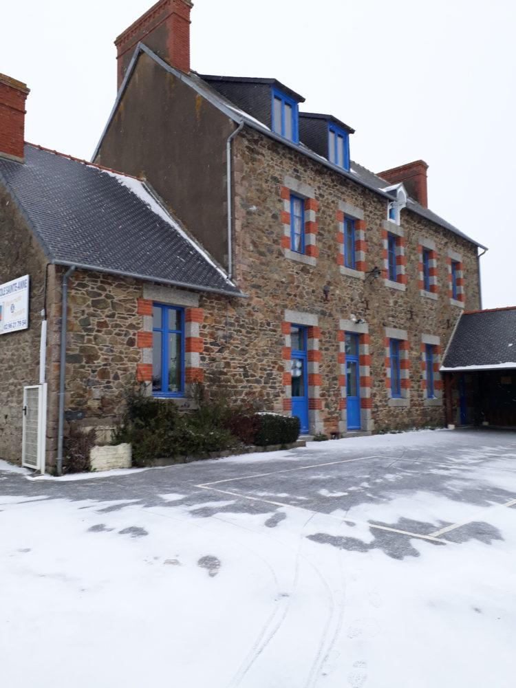 école sous la neige